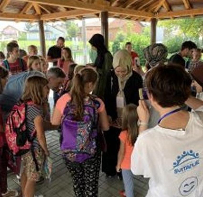 """Udruženje """"Svitanje"""" u saradnji sa Rijasetom IZ podijelili školski pribor djeci Kozarca"""
